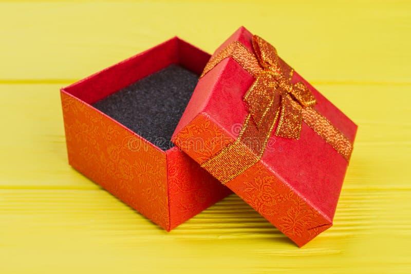 Rectángulo de regalo rojo vacío abierto fotos de archivo