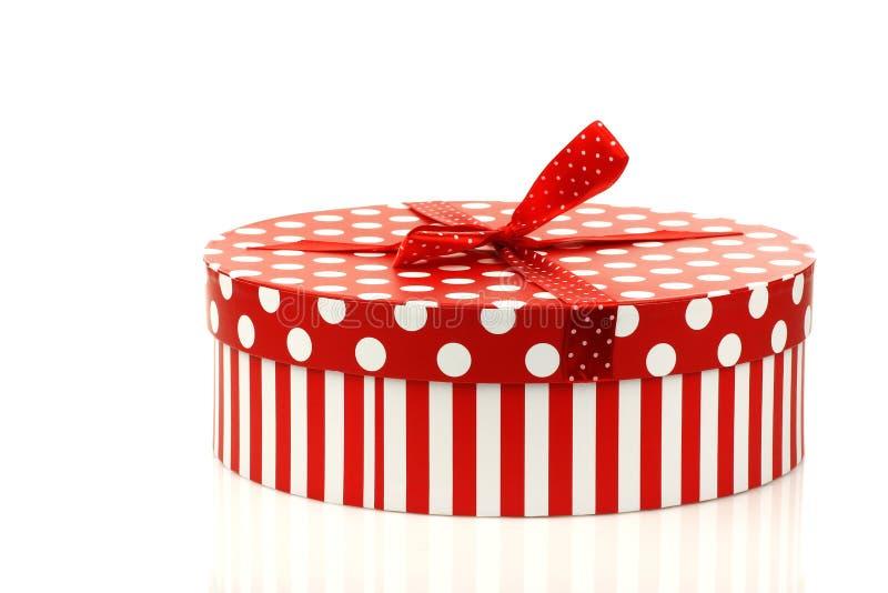 Rectángulo de regalo rojo y blanco redondo imagen de archivo