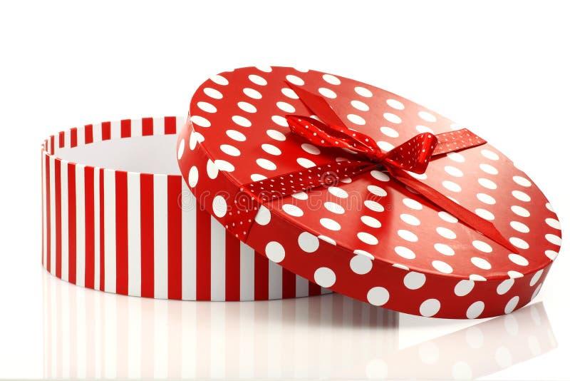 Rectángulo de regalo rojo y blanco redondo imagen de archivo libre de regalías