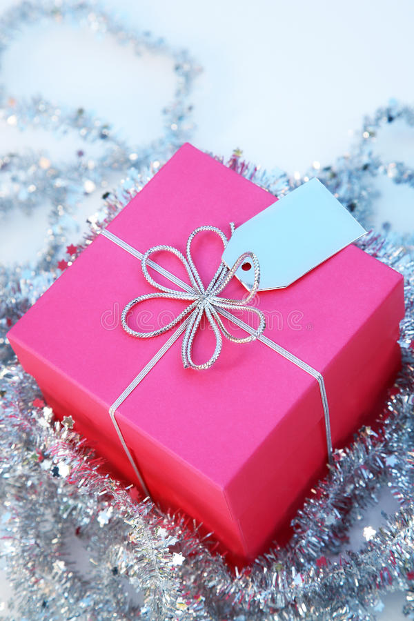 Rectángulo de regalo rosado con una cinta y una etiqueta de plata imágenes de archivo libres de regalías