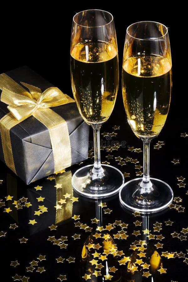 Rectángulo de regalo y flautas de champán elegantes fotos de archivo