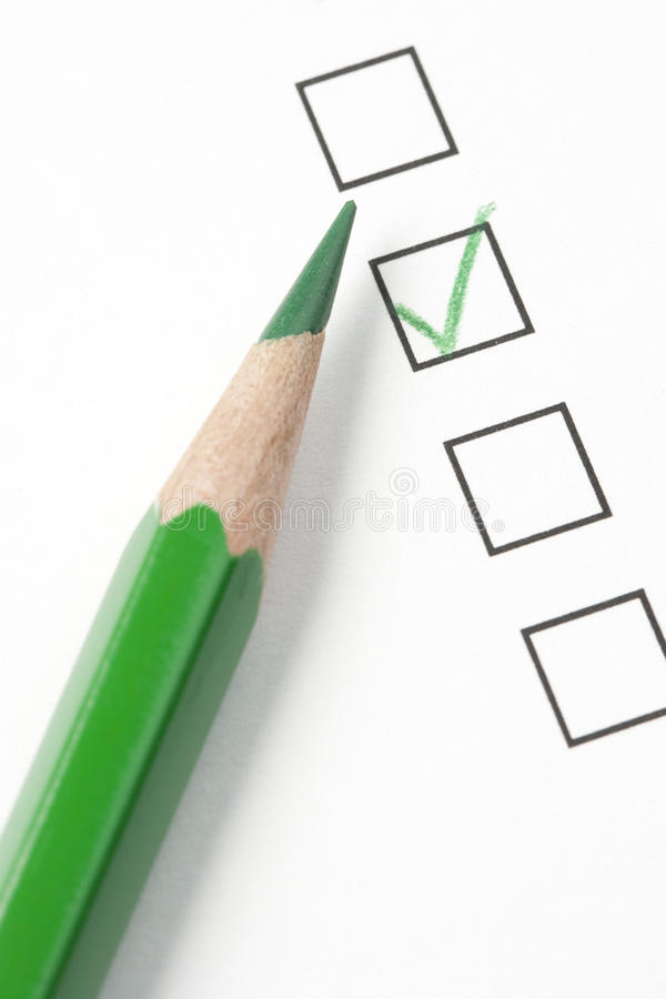 Rectángulo de verificación de la encuesta con la marca de cotejo y el lápiz verdes imagen de archivo