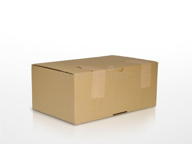 Rectángulo del cartón de Brown aislado en blanco con la reflexión imagen de archivo libre de regalías