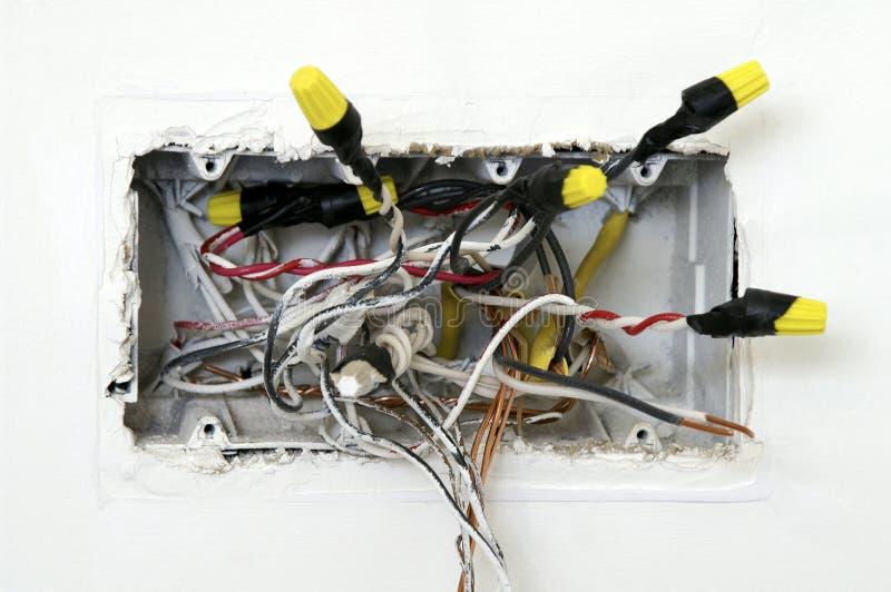 Rectángulo eléctrico con los alambres que cuelgan hacia fuera imagenes de archivo