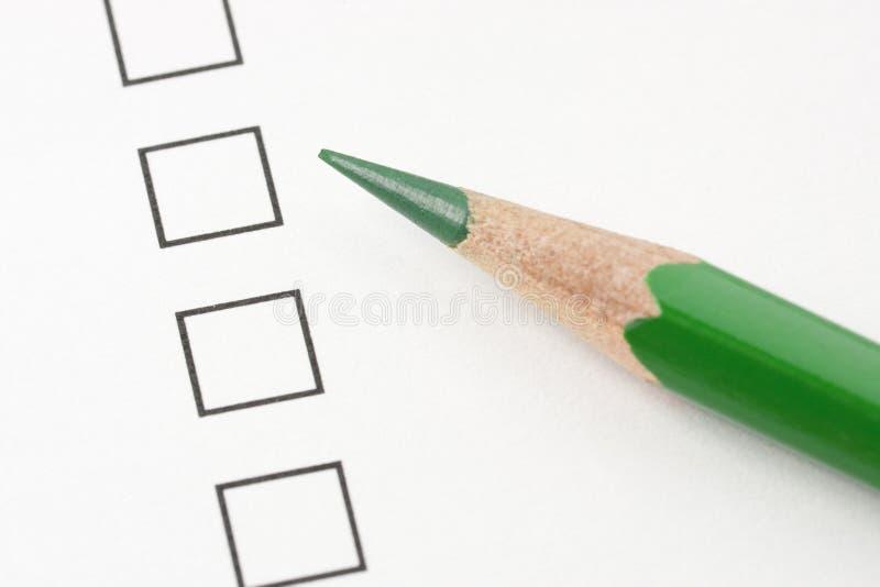 Rectángulo en blanco de la encuesta con el lápiz verde fotos de archivo