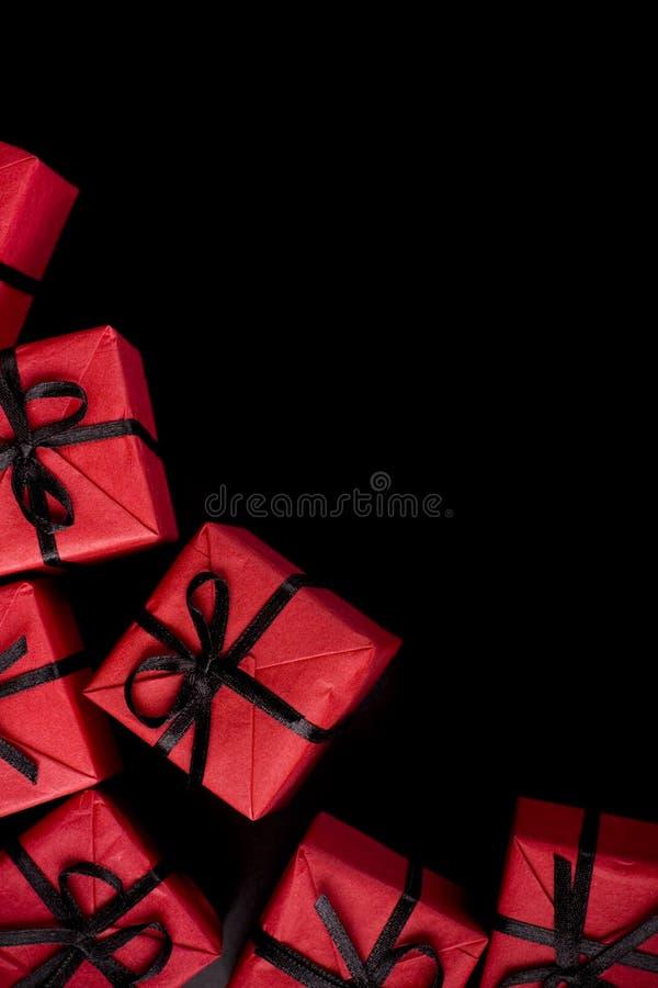 Rectángulos de regalo rojos en negro fotografía de archivo