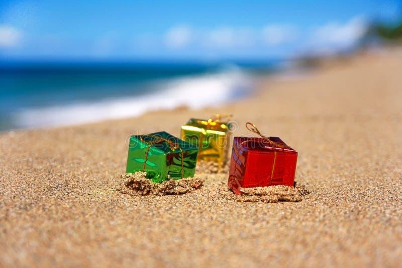 Rectángulos del regalo de Navidad en la playa fotos de archivo