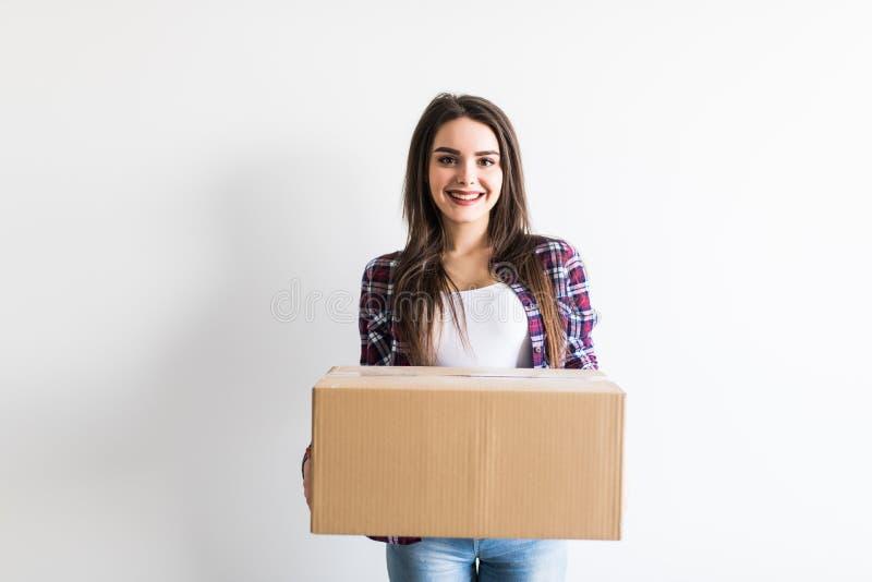 Rectángulos móviles que llevan de la mujer Casa móvil de la mujer joven al nuevo hogar que sostiene las cajas de cartón foto de archivo libre de regalías