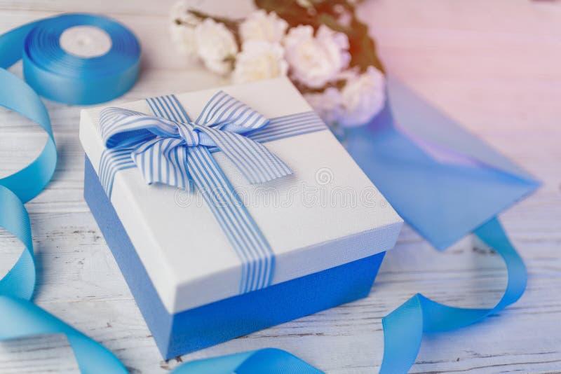 Rect?ngulo de regalo con la cinta azul y el arqueamiento Regalos de Navidad en cajas decorativas fotos de archivo libres de regalías