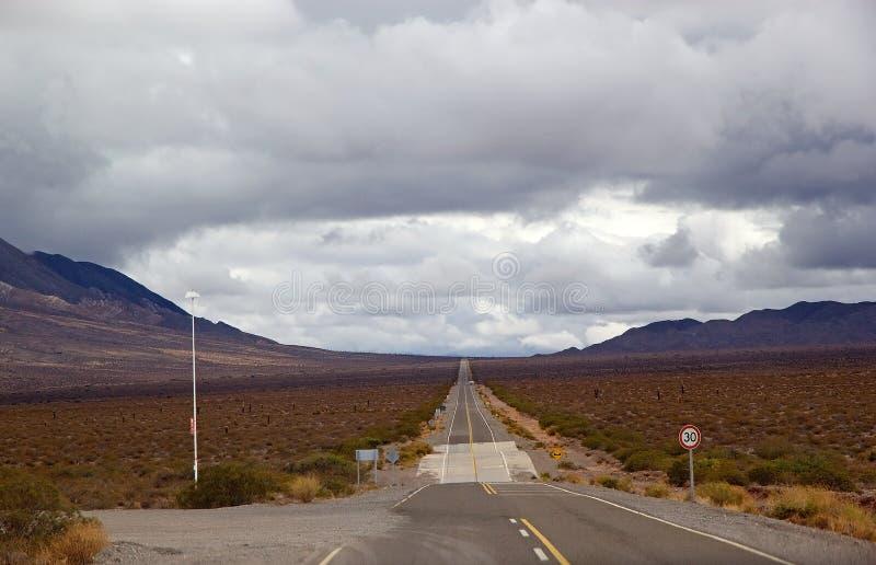 Recta Tin Tin är en rak del av Highway 33, Salta Province, Argentina arkivfoton