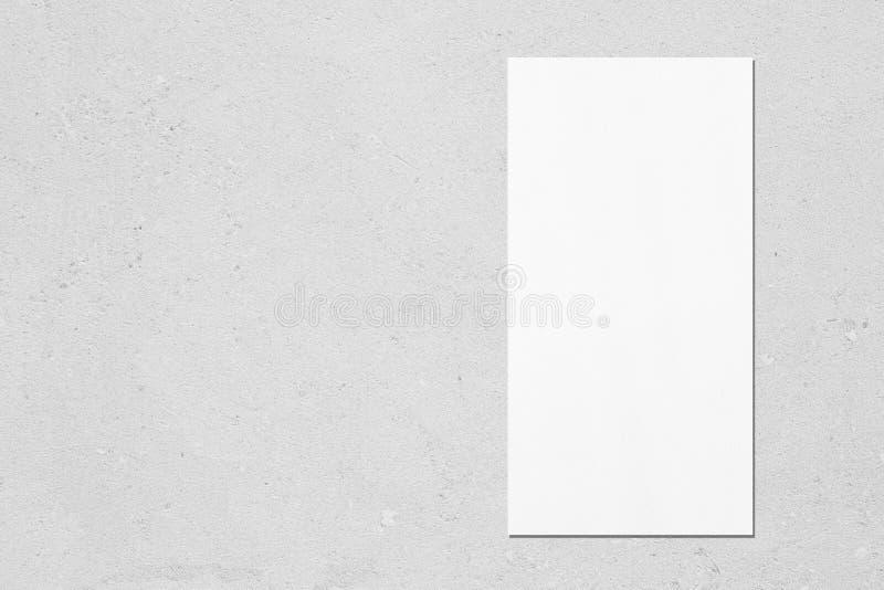 rectangle vertical blanc liste de prix ou maquette de menu sur fond de béton gris photographie stock libre de droits