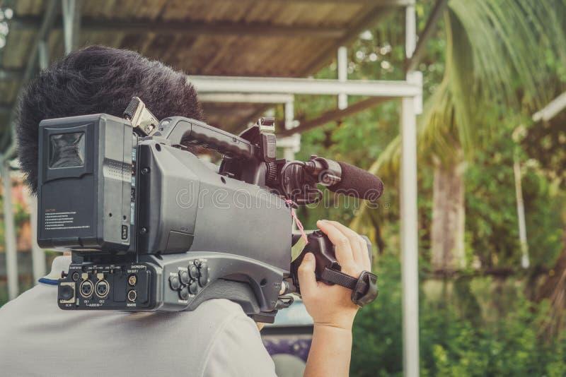 Recubrimiento de un evento con una cámara de vídeo , Videographer foto de archivo