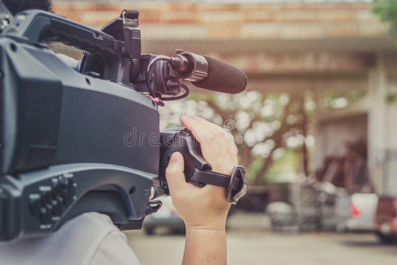 Recubrimiento de un evento con una cámara de vídeo , Videographer imagen de archivo libre de regalías