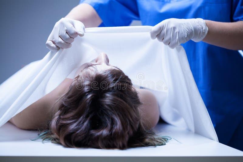 Recubrimiento del cuerpo femenino en mortuorio imagen de archivo