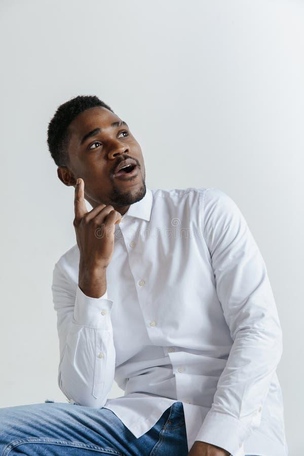 Recuerde todos Déjeme pensar Concepto de la duda Hombre afro dudoso, pensativo que recuerda algo foto de archivo
