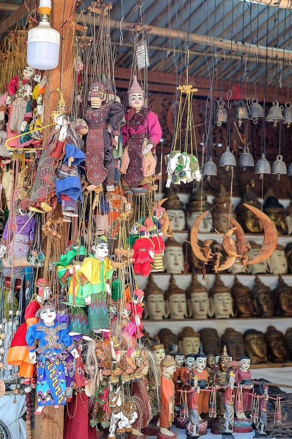 Recuerdo de la marioneta de la secuencia, muñecas coloridas de la tradición de Myanmar Birmania en la zona arqueológica Bagan, My imagenes de archivo