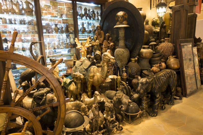 Recuerdos árabes tradicionales de Dubai, objeto de oro en el estante de una tienda en Madinat Jumeirah Souk foto de archivo libre de regalías