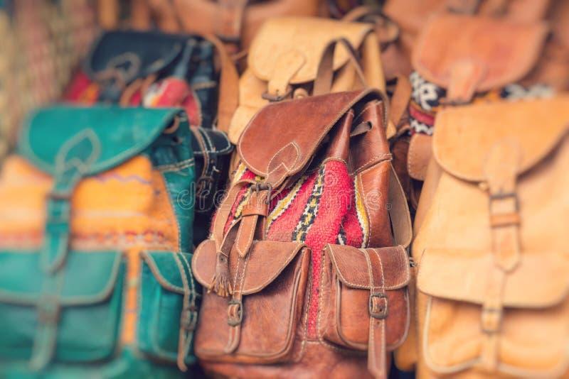 Recuerdos coloridos en venta en la calle en una tienda en Marruecos fotos de archivo