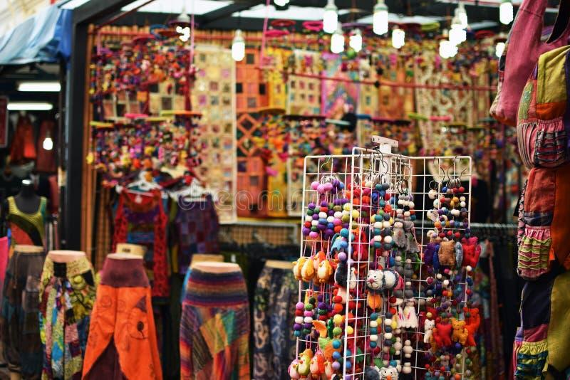Recuerdos coloridos vendidos como recuerdo de la mercancía en el mercado de Chinatown foto de archivo libre de regalías