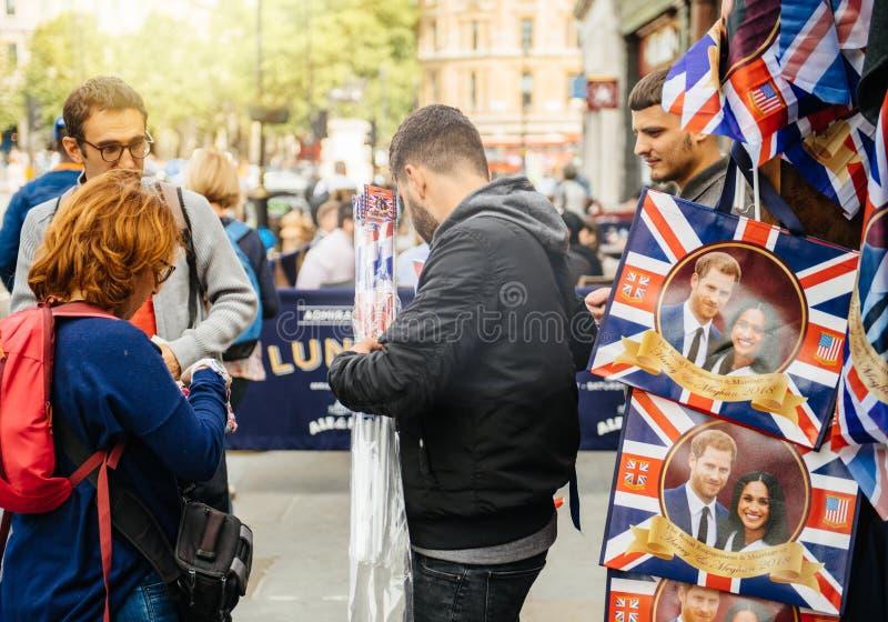Recuerdos de la compra de los turistas para la boda real fotografía de archivo