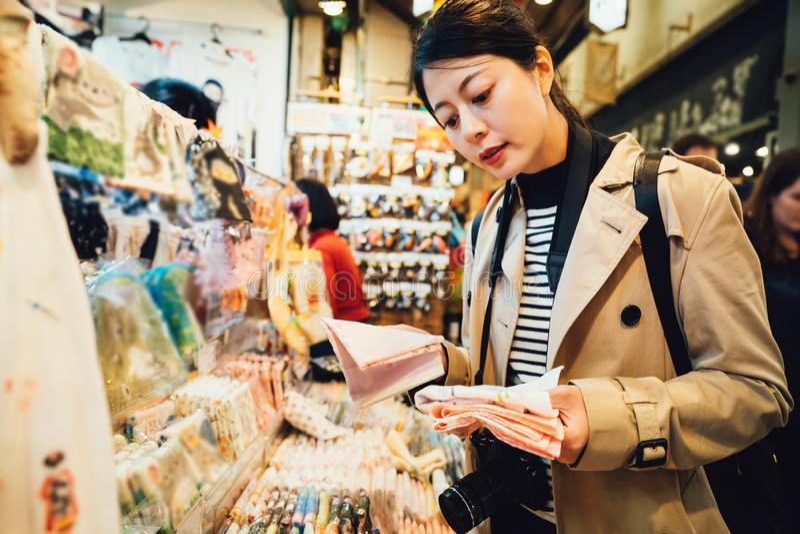 Recuerdos de la compra de la mujer en vendedor del pañuelo fotografía de archivo