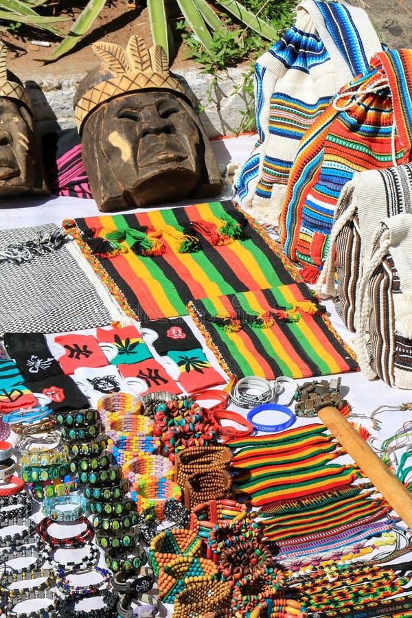 Recuerdos en la exhibición en el mercado callejero en Asuncion, Paraguay foto de archivo