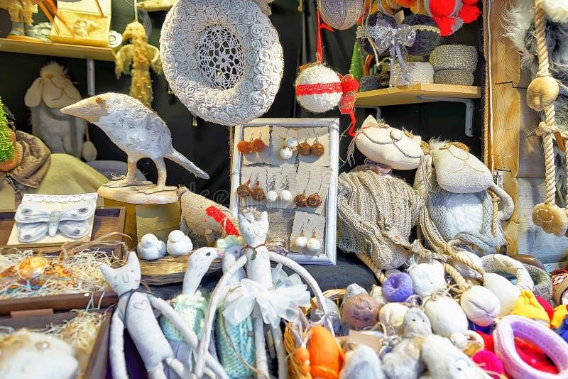 Recuerdos hechos a mano blancos en parada en el mercado de la Navidad de Riga imagenes de archivo