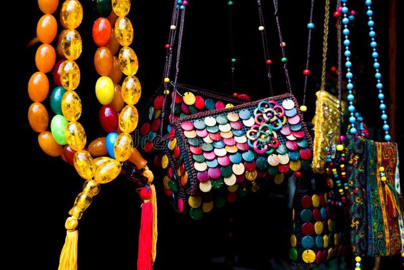 Recuerdos hechos a mano coloridos en venta en Sheki: Gran ciudad del camino de seda de Azerbaijan primer imagenes de archivo