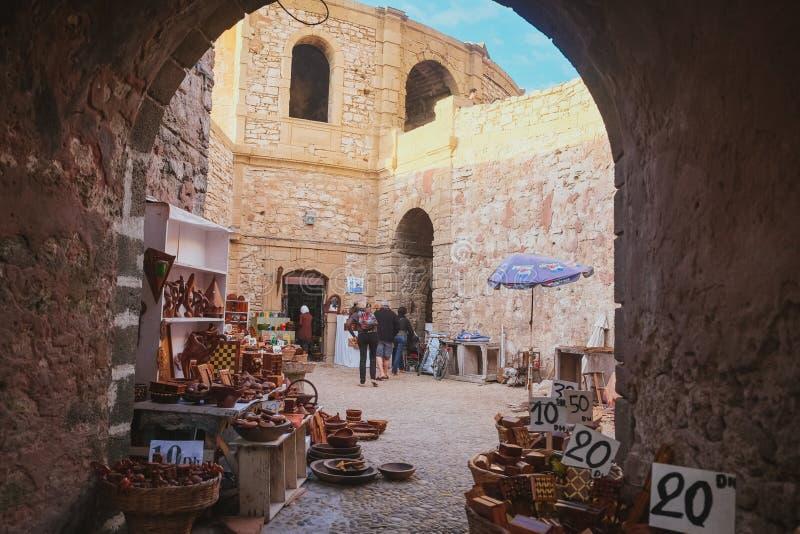 Recuerdos hechos a mano de madera en venta a lo largo de la calle en Essaouira, Marruecos imagenes de archivo