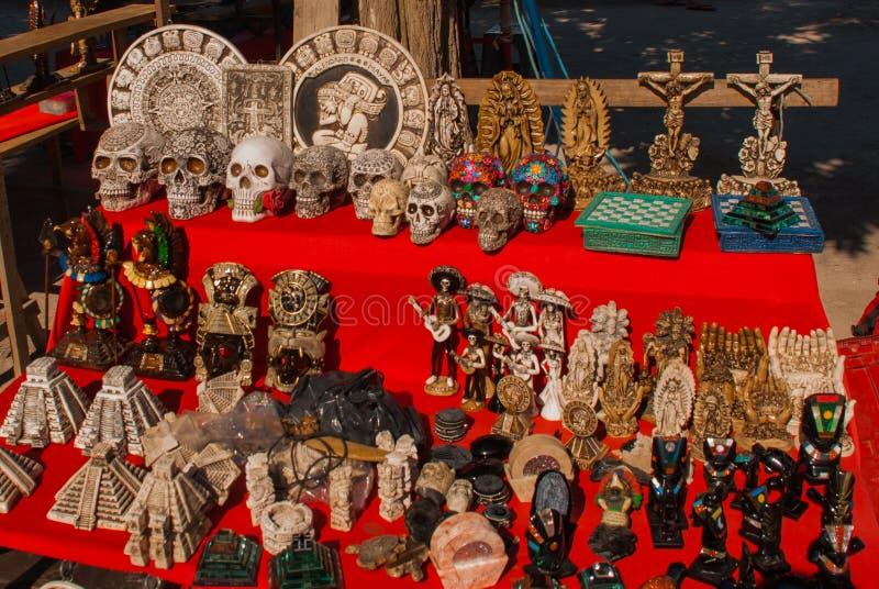 Recuerdos para los turistas en México en el mercado Estatuillas y estatuas, placas del maya, cráneos, madre de dios, Jesus Christ fotos de archivo libres de regalías