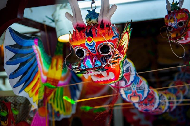 Recuerdos tradicionales coloridos en mercado de China Dragón chino León chino colorido tradicional Año Nuevo chino fotos de archivo