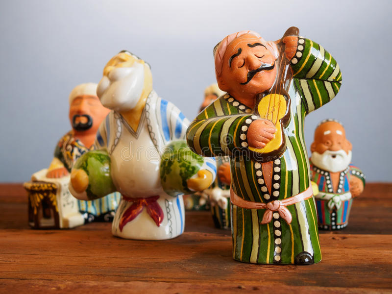 Recuerdos tradicionales del Uzbek - estatuilla de cerámica hecha a mano imagen de archivo libre de regalías