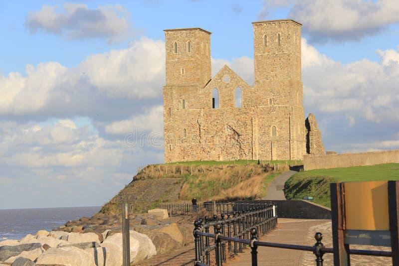 Reculver Kontrolltürme und römisches Fort durch das Meer lizenzfreies stockfoto