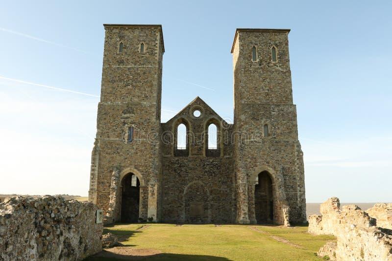 Reculver se eleva el fuerte de la orilla y los restos sajones romanos de la iglesia del siglo XII fotos de archivo