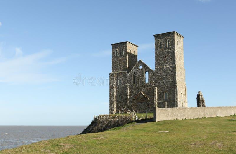 Reculver se eleva el fuerte de la orilla y los restos sajones romanos de la iglesia del siglo XII fotografía de archivo libre de regalías