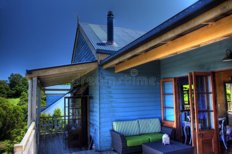 Recuo azul da casa de campo do estanho e da madeira imagens de stock royalty free