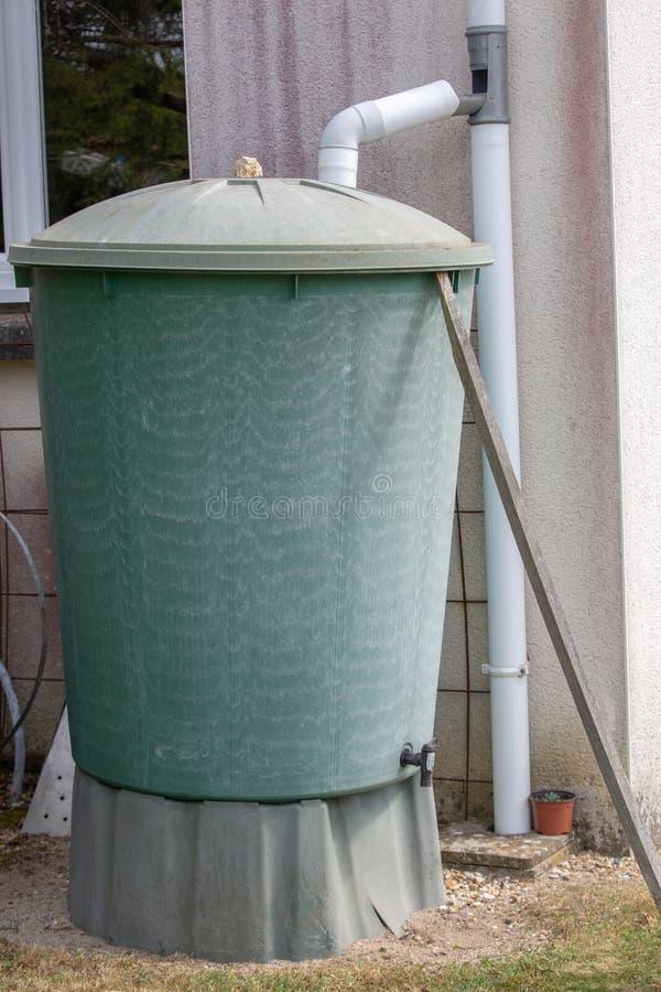 Recupero verde di acqua piovana in un giardino fotografie stock