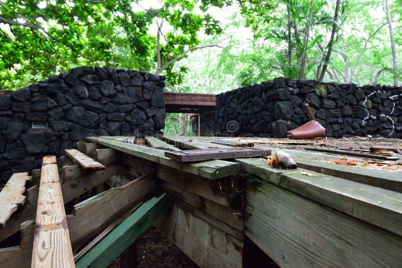 Recurso abandonado velho na floresta tropical na ilha grande de Havaí fotografia de stock