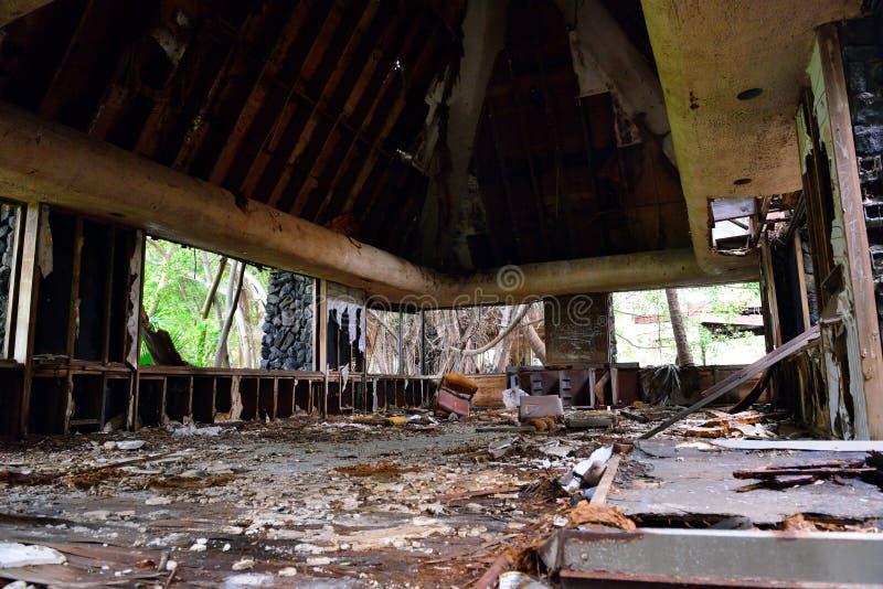 Recurso abandonado velho na floresta tropical na ilha grande de Havaí foto de stock