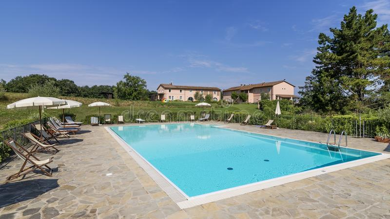 Recurso bonito com piscina no campo de Tuscan, Pontedera, Pisa, Toscânia, Itália foto de stock