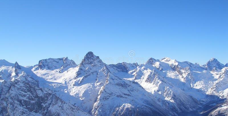 Recurso de esqui Dombai da montagem em Cáucaso fotos de stock