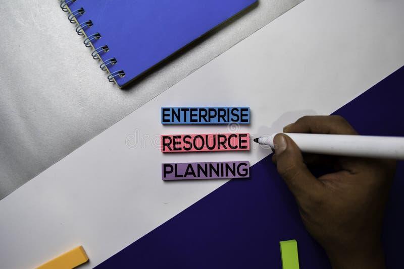 Recurso de la empresa que planea el texto del ERP en notas pegajosas con concepto del escritorio de oficina del color fotografía de archivo