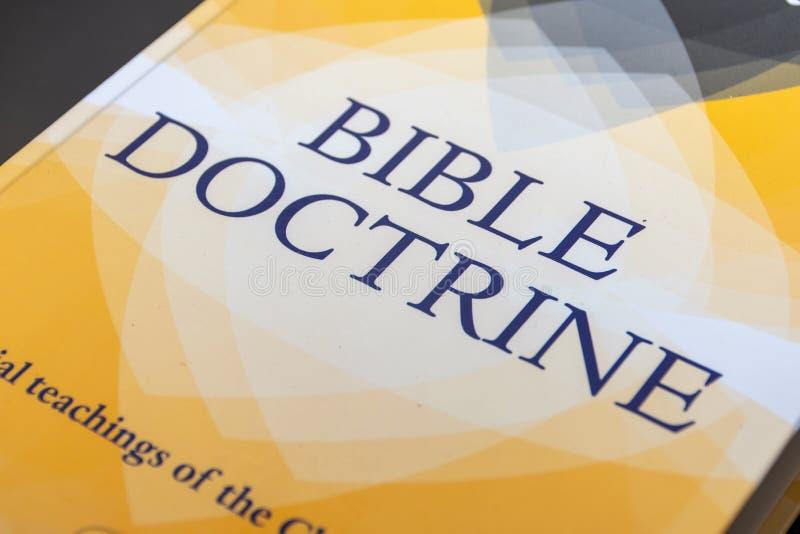 Recurso del estudio de la doctrina de la biblia para los cristianos que desean de entender mejor la fe y las enseñanzas de Jesus  imagenes de archivo