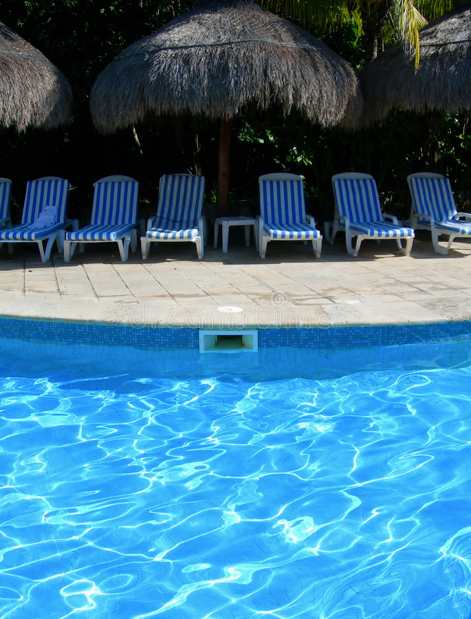 Recurso do Cararibe com cadeiras do poolside fotografia de stock royalty free