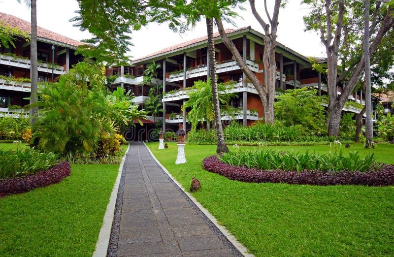Recurso do hotel de luxo com o jardim tropical em Bali, Indonésia fotos de stock