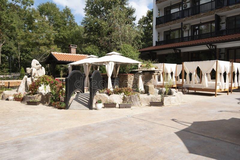 Recurso do hotel em Bulgária, Primorsko para o curso e as férias de verão Camas de Sun fotografia de stock