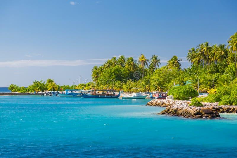 Recurso luxuoso do paraíso bonito da ilha do atol de Maldivas do barco sobre o recife de corais na água transparente que surpreen fotos de stock royalty free