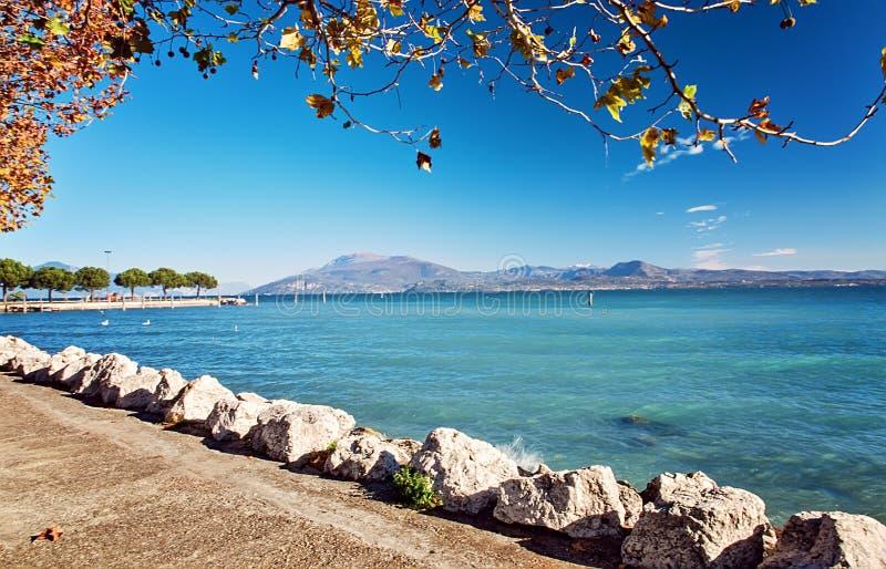 Recurso luxuoso Sirmione Itália dos hotéis de Garda do lago embankment foto de stock