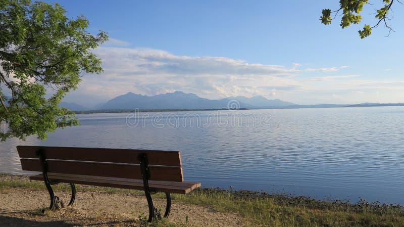 Recurso quieto bonito no cenário do lago e da montanha fotos de stock royalty free