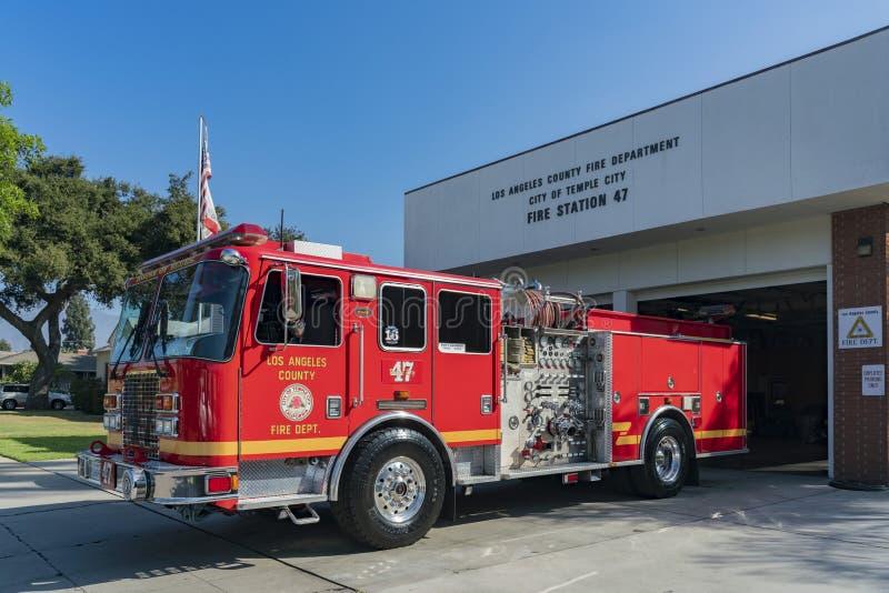 Recurso seguro rojo del camión del bombero de la puerta imagen de archivo